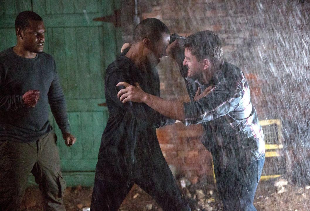Im Kampf gegen die Werwölfe schreckt Marcel (Charles Michael Davis, M.) nicht einmal vor einer ungewöhnlichen Allianz zurück ... - Bildquelle: Warner Bros. Television