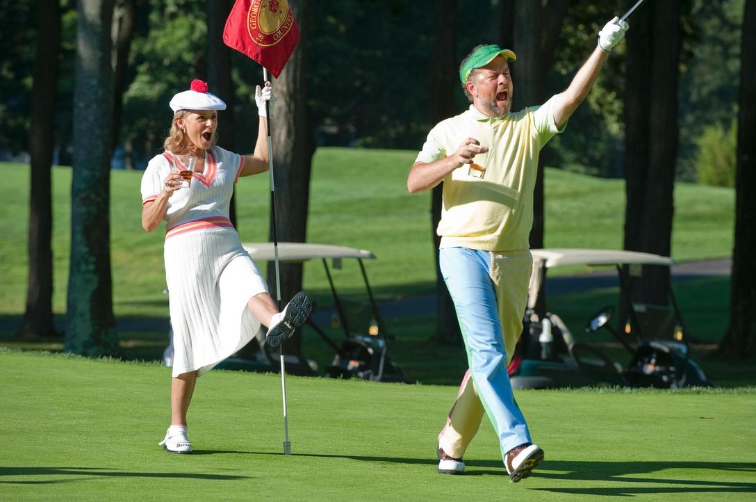 Das Golfspielen ist für Dick (David Costabile, r.) und Nan (Amy Sedaris, l.) nebensächlich. Sie frönen lieber dem Alkohol, was den anderen Clubmitgl... - Bildquelle: 2010 Open 4 Business Productions, LLC. All Rights Reserved.