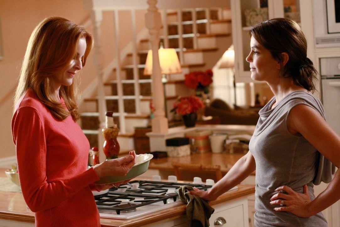Bree (Marcia Cross, l.) muss sich eingestehen, dass sie tiefe Gefühle für Karl entwickelt, während Susan (Teri Hatcher, r.) Kämpfe mit Katherine aus... - Bildquelle: ABC Studios