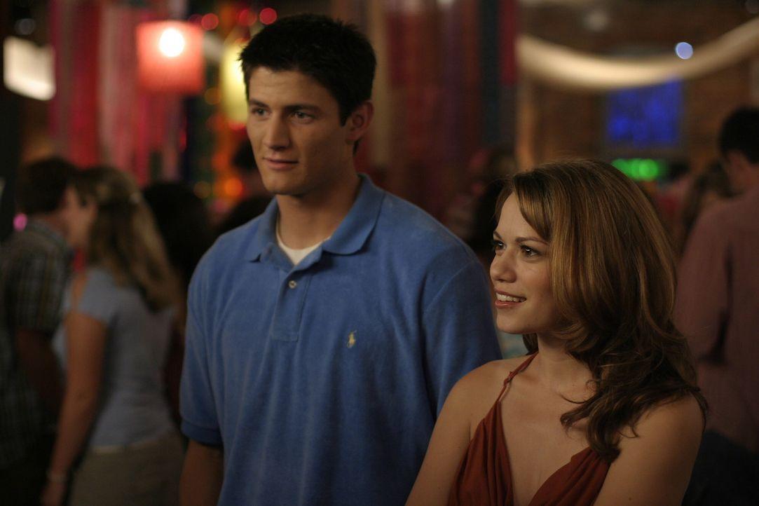 Weil sich zunächst niemand über ihre Hochzeit freut, genießen Nathan (James Lafferty, l.) und Haley (Bethany Joy Galeotti, r.) die Party umso meh... - Bildquelle: Warner Bros. Pictures
