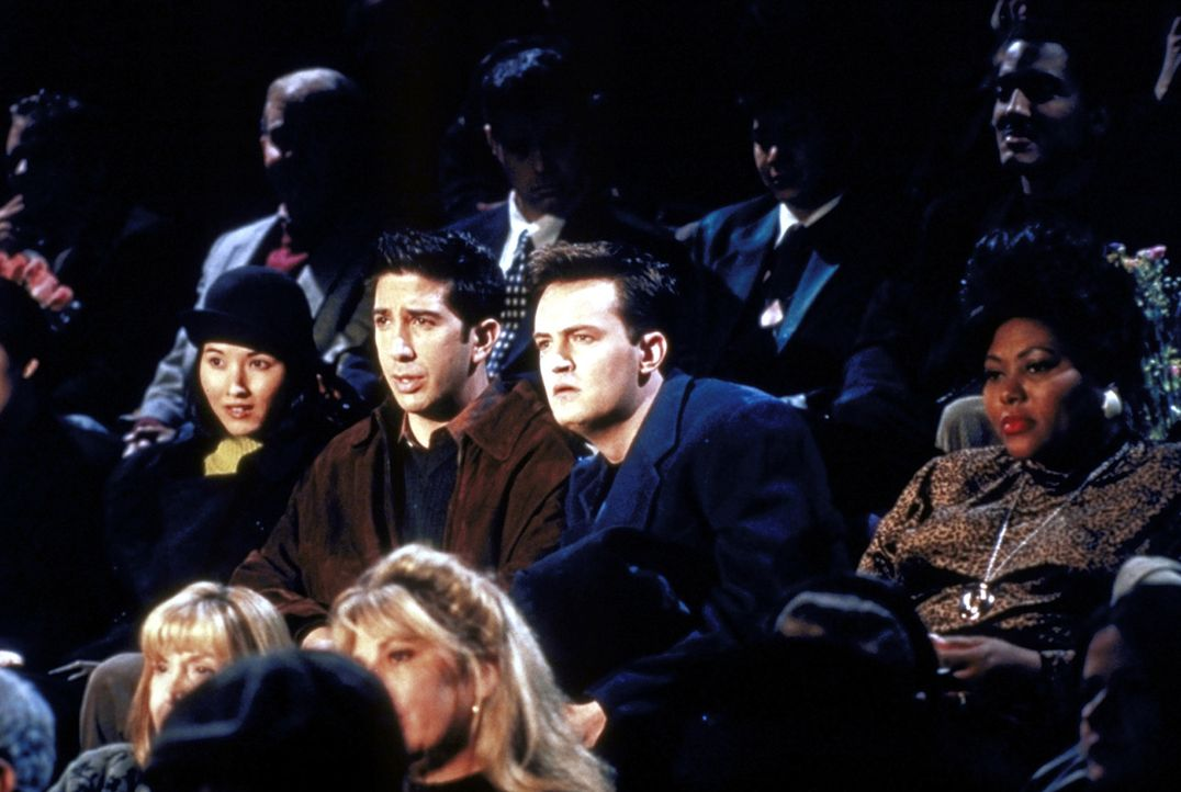 In Kathys neuem Theaterstück hat sie eine heiße Szene mit einem anderen Mann, Chandler (Matthew Perry, M. r.) ist entsetzt und muss sich das natü... - Bildquelle: TM+  2000 WARNER BROS.