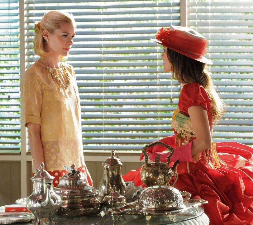 """Lemon Breeland (Jamie King, l.) will unbedingt verhindern, dass Zoe (Rachel Bilson, r.) dem elitären Club der """"Bluebell Belles"""" beitritt ... - Bildquelle: Warner Bros."""