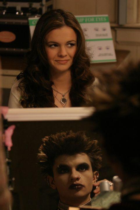 Joan (Amber Tamblyn, hinten) erhält von Gott (Jeffrey Licon, vorne) den Auftrag, in der Schule an einem Make-Up-Kurs teilzunehmen. Widerwillig geho... - Bildquelle: Sony Pictures Television