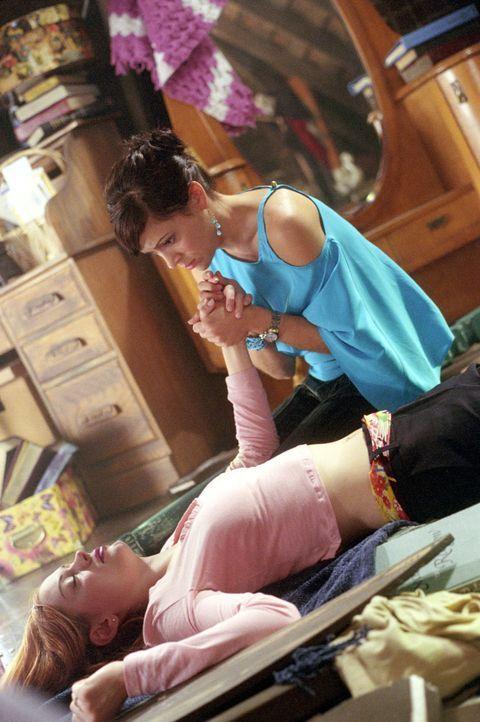Tragischerweise hat Phobe (Alyssa Milano, r.) Paige (Rose McGowan, l.) umgebracht, da sie in der Annnahme war, es handle sich um Barbas ... - Bildquelle: Paramount International Television