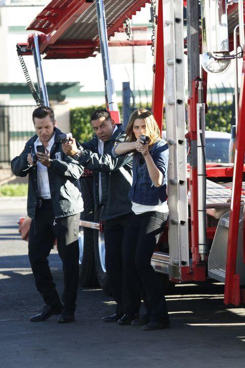 Ryan (Seamus Dever, l.), Esposito (Jon Huertas, M.) und Kate Beckett (Stana Katic, r.) bekommen gerade noch rechtzeitig mit, wie ein Verdächtiger da... - Bildquelle: Kelsey McNeal ABC Studios / Kelsey McNeal