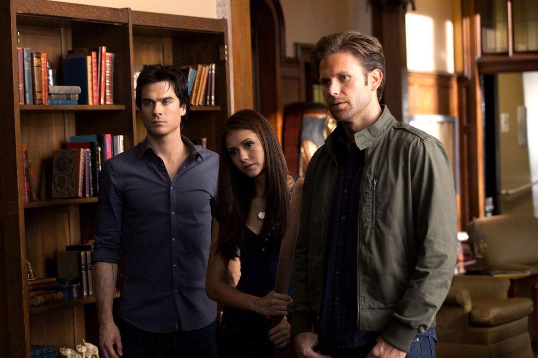 Damon (Ian Somerhalder, l.), Elena (Nina Dobrev, M.), und Alaric (Matt Davis, r.) machen sich auf den Weg zur Duke Universität, um dort Isobels Nac... - Bildquelle: Warner Brothers