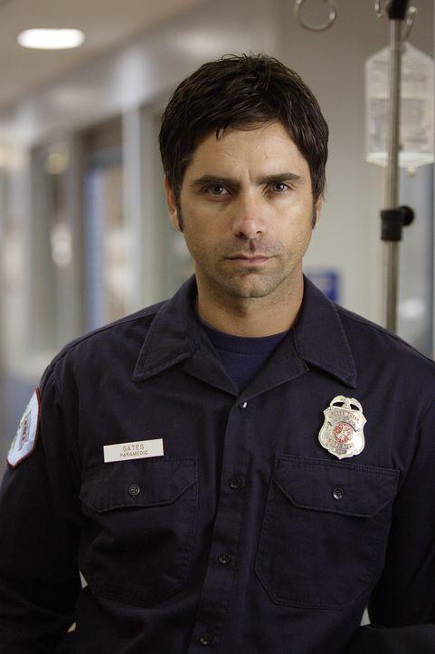 Findet Officer Tony Gates (John Stamos) gefallen an Neela? - Bildquelle: Warner Bros. Television