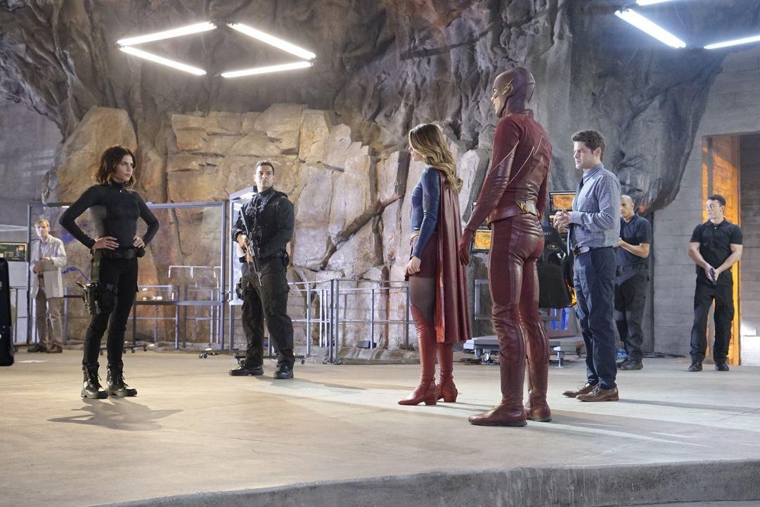 Kara alias Supergirl (Melissa Benoist, 3.v.l.) und Winn (Jeremy Jordan, 3.v.r.) stellen Lucy (Jenna Dewan Tatum, l.) the Flash (Grant Gustin, 4.v.r.... - Bildquelle: 2015 Warner Bros. Entertainment, Inc.