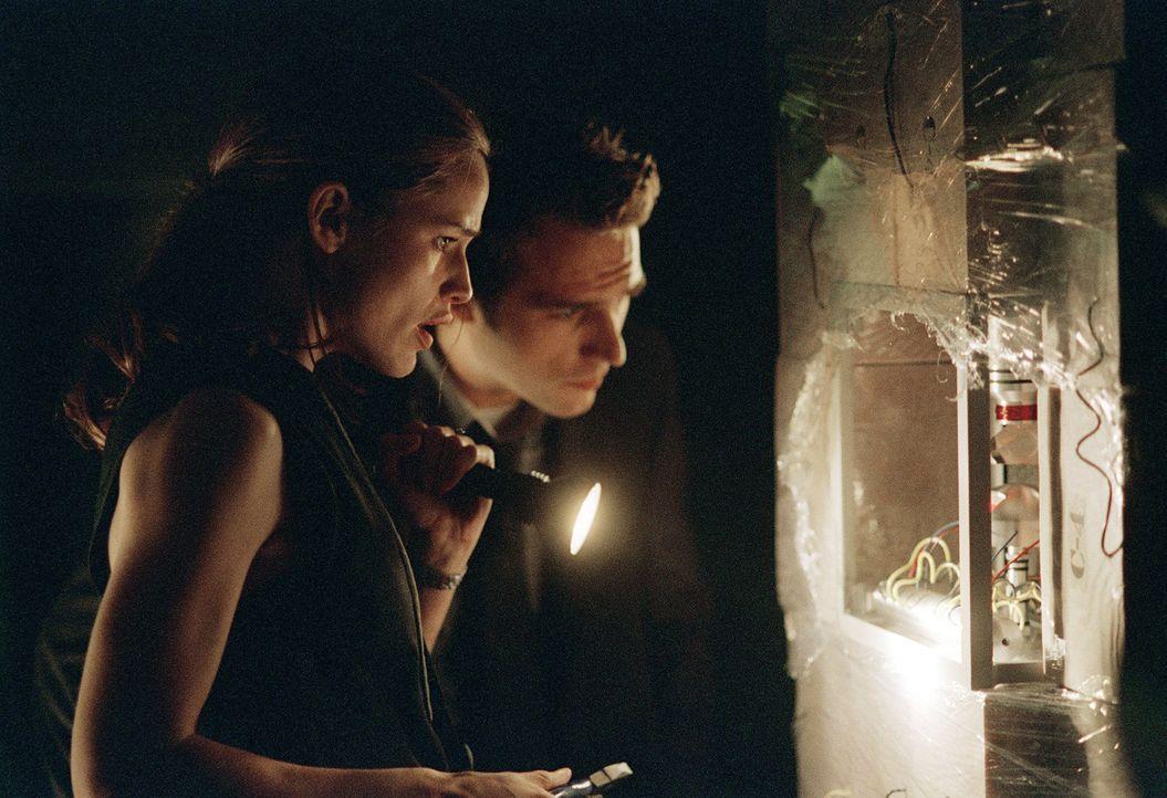 Zusammen mit Vaughn (Michael Vartan, r.) entdeckt Sydney (Jennifer Garner, l.) den ersten C4 Sprengsatz, der durch öffnen des SD-6 Tresors gezünde... - Bildquelle: Touchstone Television
