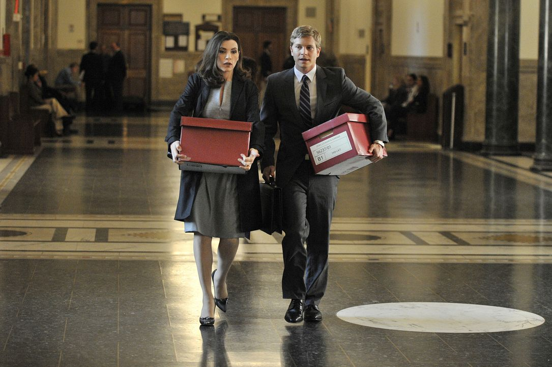 Arbeiten an einem neuen Fall: Alicia (Julianna Margulies, l.) und Cary (Matt Czuchry, r.) ... - Bildquelle: CBS Studios Inc. All Rights Reserved.
