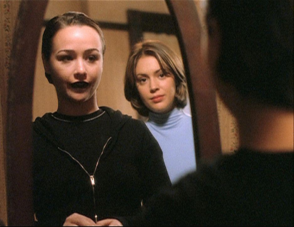 Phoebe (Alyssa Milano, r.) und Aviva (Danielle Harris, l.) sind sich in mancher Hinsicht sehr ähnlich. - Bildquelle: Paramount Pictures