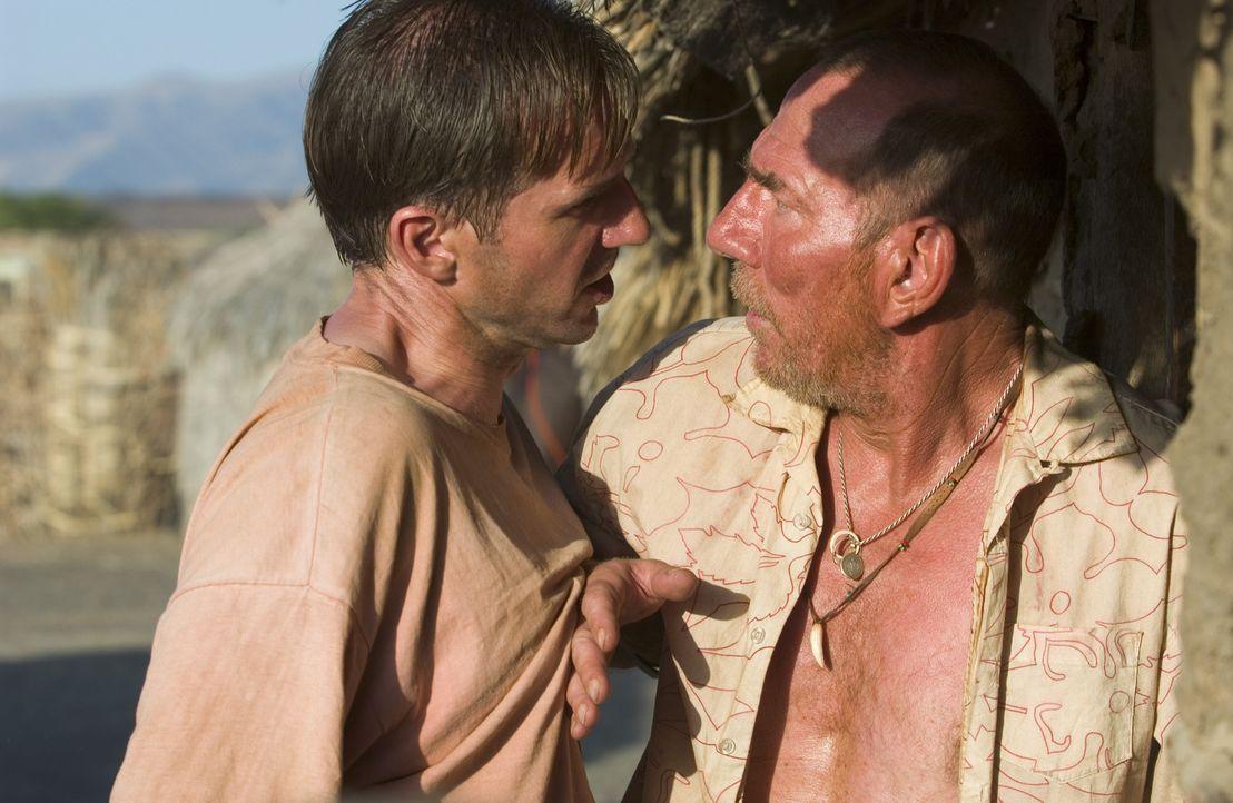 Während der Suche nach dem Grund für den Tod seiner Frau kommt Diplomat Justin Quayle (Ralph Fiennes, l.) einer Verschwörung auf die Spur an der... - Bildquelle: Epsilon Motion Pictures