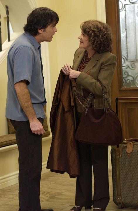 Freut sich über den Besuch seiner Mutter (Linda Lavin, r.): Sandy (Peter Gallagher, l.) ... - Bildquelle: Warner Bros. Television