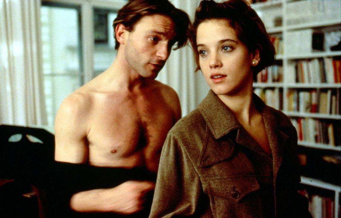 Hanna (Muriel Burmeister, r.) kehrt mit ihrer großen Liebe Michael Haenning (Thomas Kretschmann, l.) aus den USA zurück. Die beiden haben Hals üb... - Bildquelle: Sat.1/Zinner