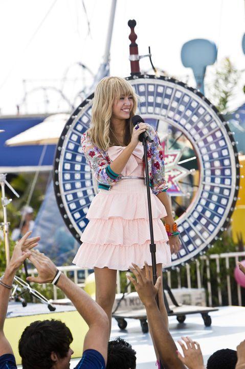 Als der süßen Miley Stewart (Miley Cyrus) der Erfolg ihres rockenden Alter Egos, Hannah Montana, zu Kopf steigt und sie zudem auch noch den 16. Gebu... - Bildquelle: Sam Emerson Walt Disney Pictures.  All Rights Reserved