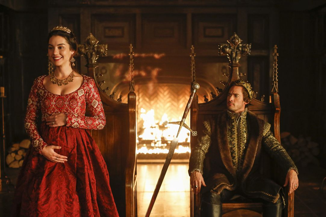 Das Königspaar Mary (Adelaide Kane, l.) und Darnley (Will Kemp, r.) verkünden voller Freude, dass sie einen Thronerben erwarten. Doch nicht alle sin... - Bildquelle: Marni Grossman Marni Grossman/The CW --   2017 The CW Network, LLC. All Rights Reserved.
