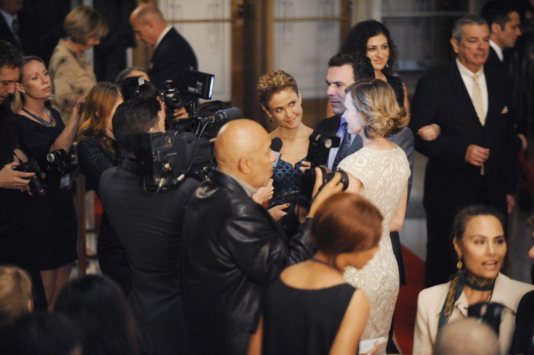 Noch ahnen Mr. Lopez (Ricardo Chavira, M.), seine Frau (Reiko Aylesworth, l.) und die Tochter (Ali Hillis, r.) nicht, wie die Veranstaltung weiterge... - Bildquelle: David Moir ABC Studios / David Moir