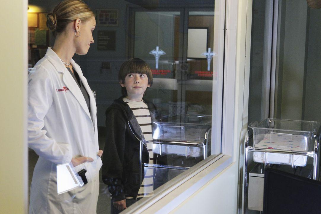 Durch die Situation vom Amelia kommen sich Mason (Griffin Gluck, r.) und Charlotte (KaDee Strickland, l.) wieder etwas näher ... - Bildquelle: ABC Studios
