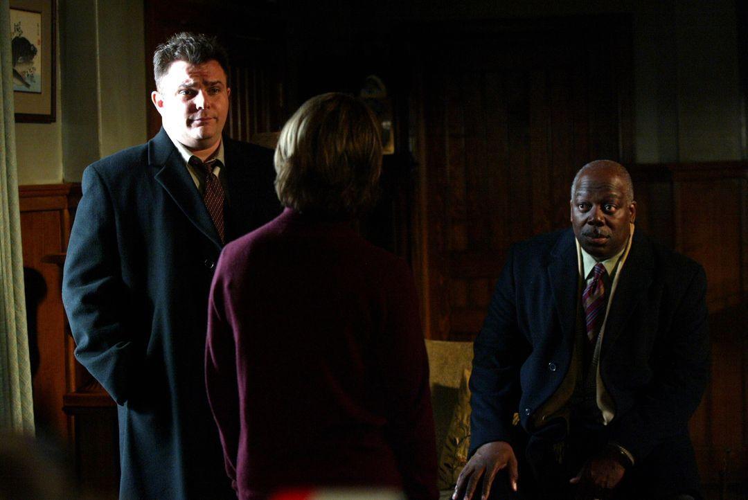 Kann Jennifer Reilly (Anne Marie Howard, M.) den beiden Detectives Nick Vera (Jeremy Ratchford, l.) und Will Jeffries (Thom Barry, r.) weiterhelfen? - Bildquelle: Warner Bros. Television