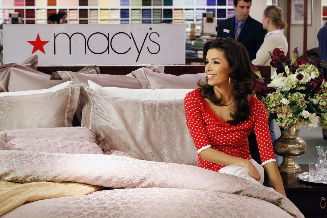 Während Gabrielle (Eva Longoria) mit Zach bei shoppen ist, erwischt Lynette Austin beim Kiffen ... - Bildquelle: 2005 Touchstone Television  All Rights Reserved