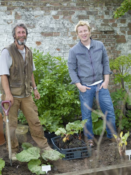 (2. Staffel) - Jamie Oliver (r.) hat den Garten seines Hauses in Essex in ein grünes Paradies verwandelt und zeigt, wie einfach jeder selber Gemüse... - Bildquelle: Fremantle