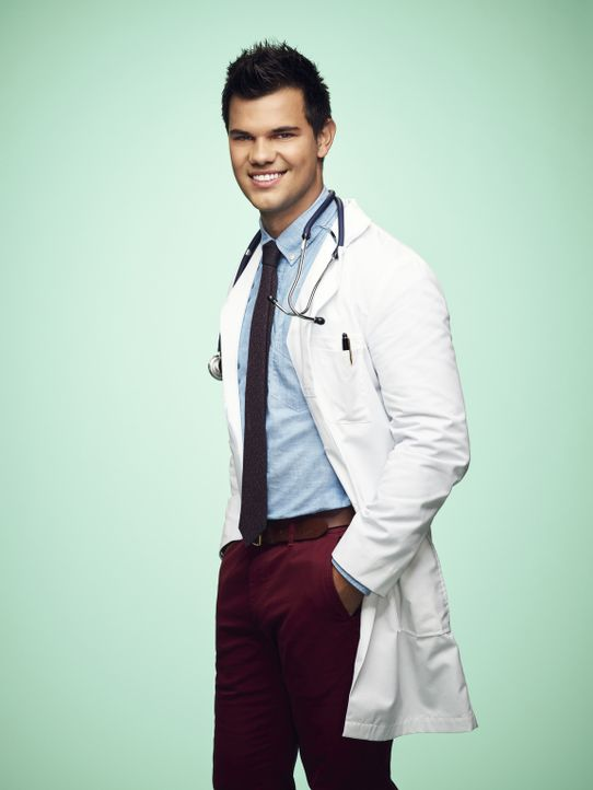 (2. Staffel) - Der äußerst attraktive Dr. Cassidy Cascade (Taylor Lautner) möchte die Vorstellung von Cathy Munsch, das amerikanische Gesundheitssys... - Bildquelle: Tommy Garcia 2016 Fox and its related entities.  All rights reserved.