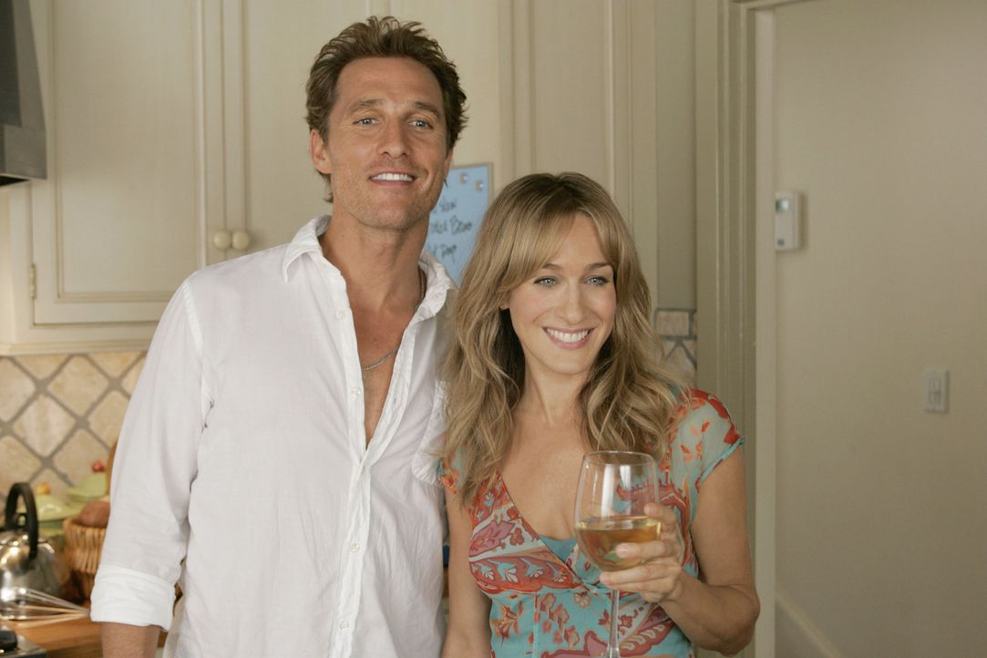 Paula (Sarah Jessica Parker, r.) hat es geschafft und Tripp (Matthew McConaughey, l.) zum ausziehen verführt ... - Bildquelle: TM &   Paramount Pictures. All Rights Reserved.