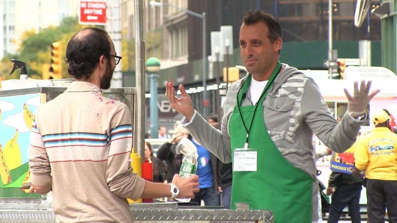 Nicht nur Joe (r.) muss seinen Kunden Hotdogs mit einem Spritzer Ungeschick servieren ... - Bildquelle: 2014 Warner Bros.