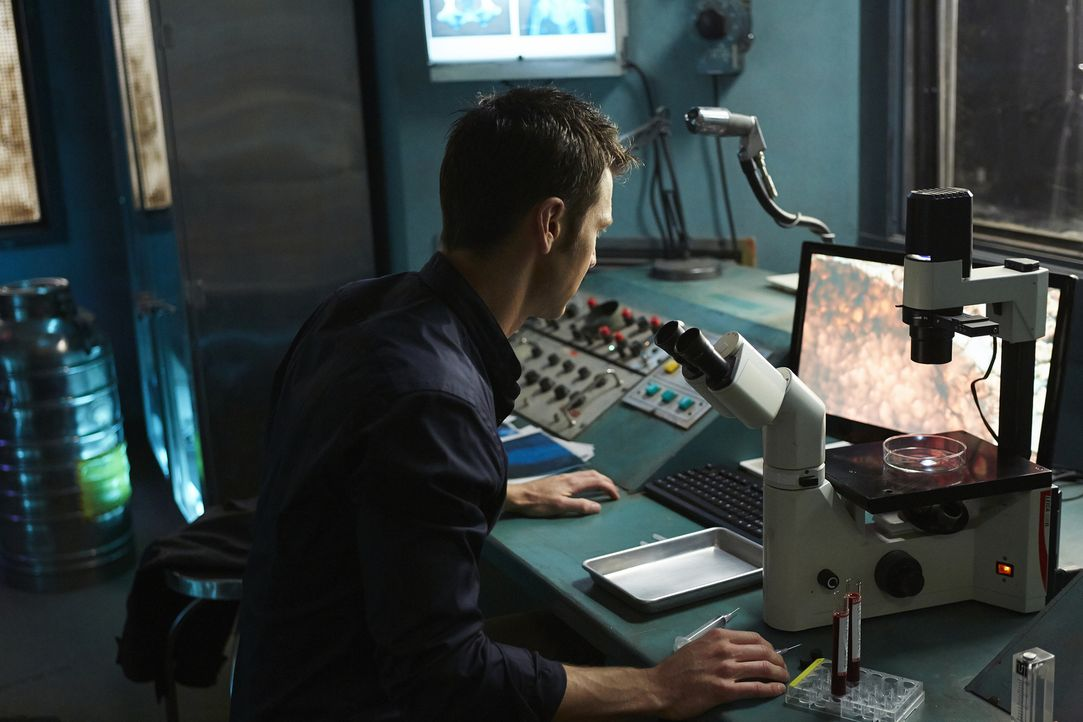 Findet Aleister (Sean Rogerson) schließlich das Wundermittel, nachdem er gesucht hat? - Bildquelle: 2015 She-Wolf Season 2 Productions Inc.