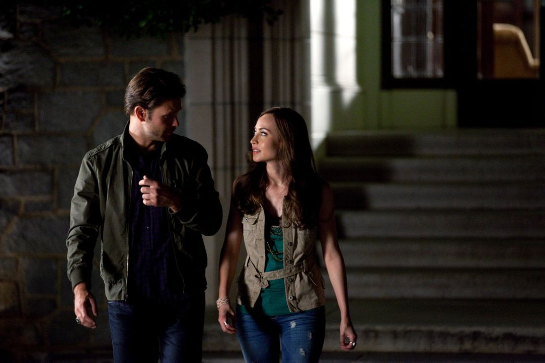 Nachdem Vanessa (Courtney Ford, r.), eine ehemalige Schülerin von Isobel, Alaric (Matt Davis, l.) Einsicht in die Recherchen seiner verschwundenen... - Bildquelle: Warner Brothers