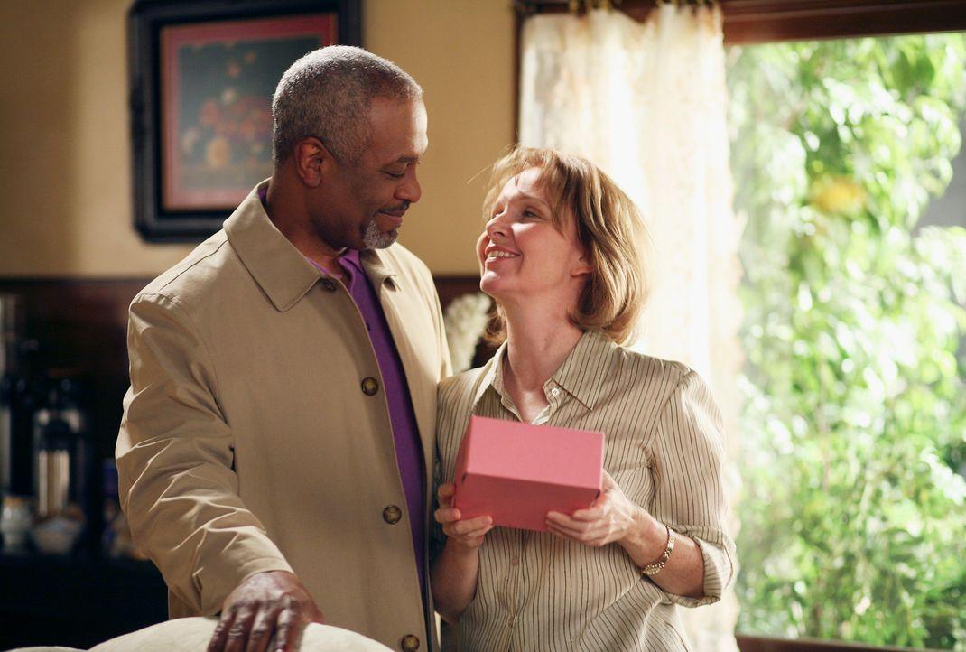 Durch die Besuche von Richard (James Pickens Jr., l.) blüht Ellis Grey (Kate Burton, r.) etwas auf ... - Bildquelle: Touchstone Television