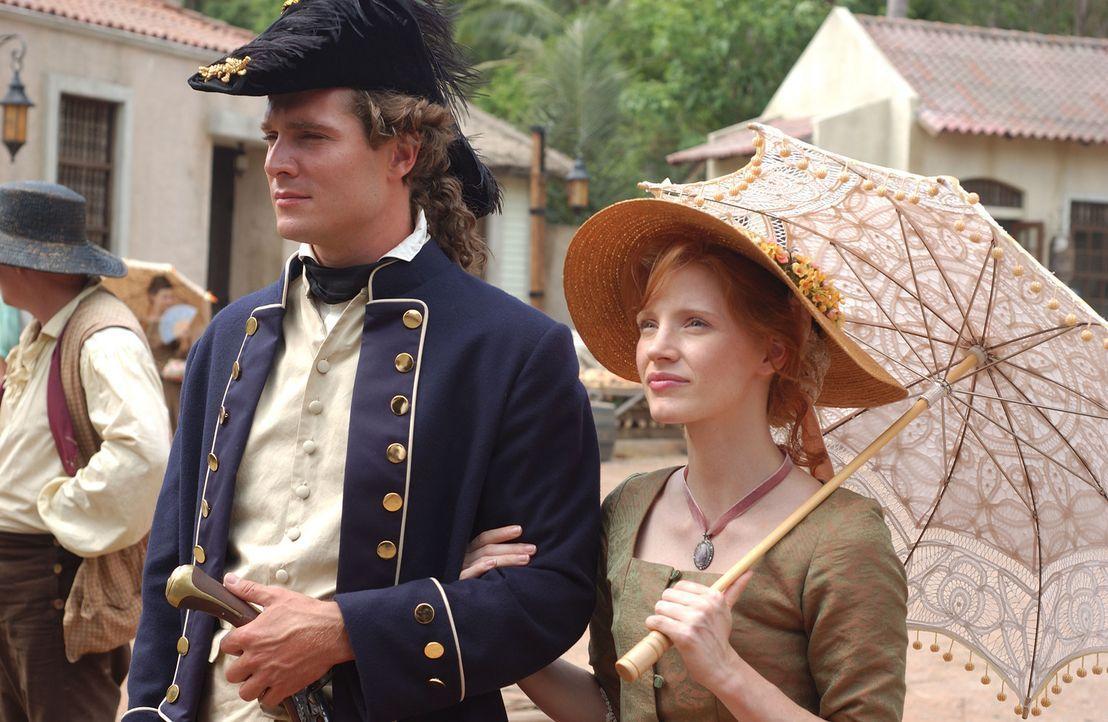 England im Jahre 1717 - der junge Lieutenant Robert Maynard (Mark Umbers, l.) erhält den gefährlichen Auftrag, den Piratenkapitän Hornigold und E... - Bildquelle: Hallmark Entertainment