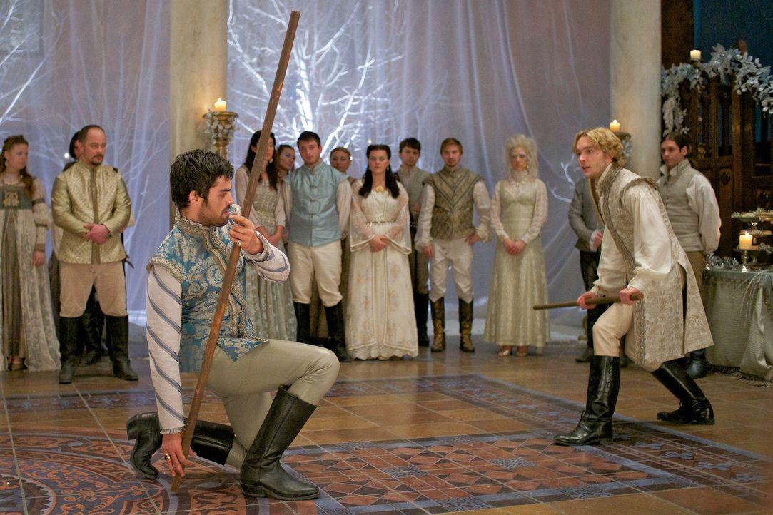 Ein eifersüchtiger Francis (Toby Regbo, r.) geht auf einen nicht minder eifersüchtigen Condé (Sean Teale, l.) los ... - Bildquelle: Sven Frenzel 2014 The CW Network, LLC. All rights reserved.