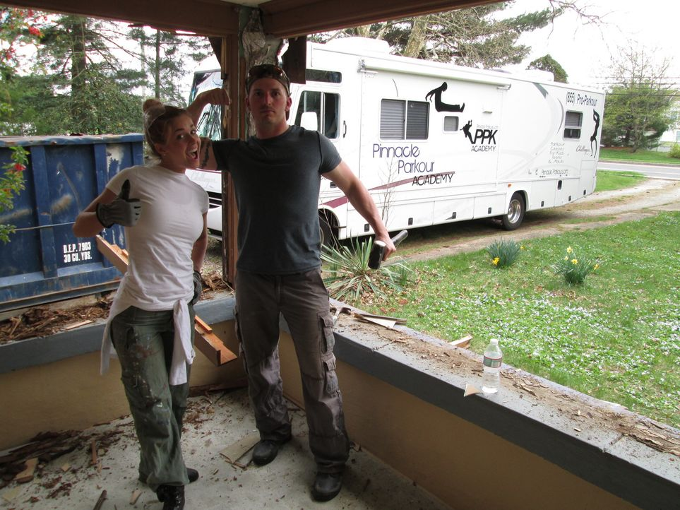 Hoch motiviert, immer gut gelaunt und mit allerlei verrückten Ideen ausgestattet, stürzen sich Sheri (l.) und Phil (r.) in das Abenteuer Renovierung... - Bildquelle: 2014, DIY Network's/Scripps Network's, LLC.