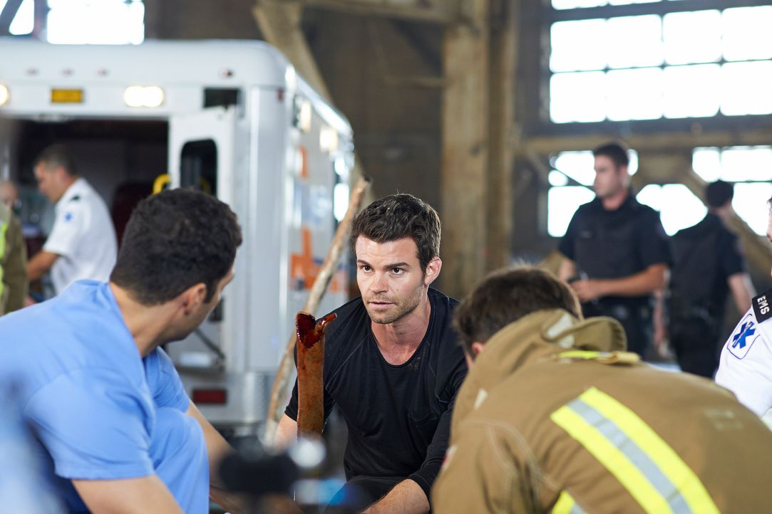 Joel (Daniel Gillies, M.) tut alles, um das Leben eines Freundes zu retten ... - Bildquelle: 2012  Hope Zee One Inc.