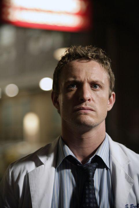 Dr. Simon Brenner (David Lyons) ist geschockt, als er erfährt, dass Neela ein Jobangebot in North Carolina hat ... - Bildquelle: Warner Bros. Television