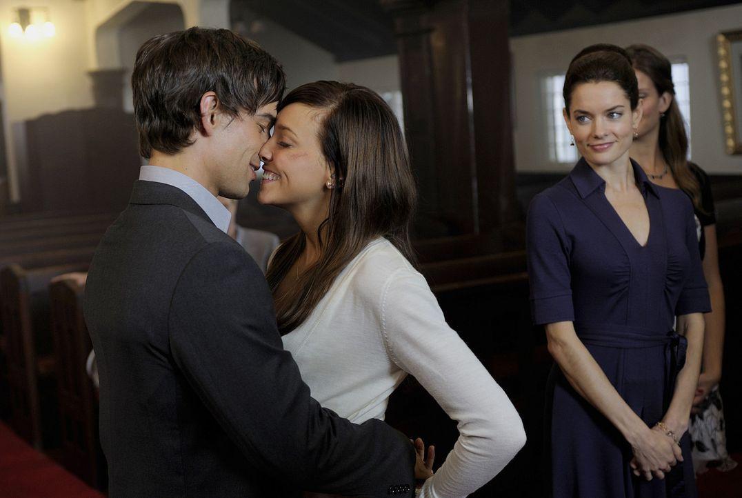 Das perfekte Paar: Trish (Katie Cassidy, M.) und Henry (Christopher Gorham, l.) sind überglücklich miteinander. Shea (Gina Holden, r.) ist etwas n... - Bildquelle: 2009 CBS Studios Inc. All Rights Reserved.