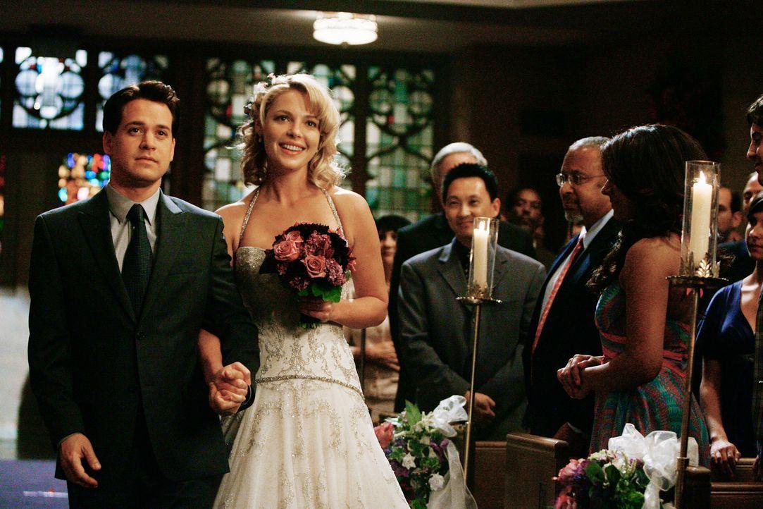 George (T.R. Knight, l.) führt die geschwächte Braut (Katherine Heigl, r.) zum Traualtar ... - Bildquelle: Touchstone Television