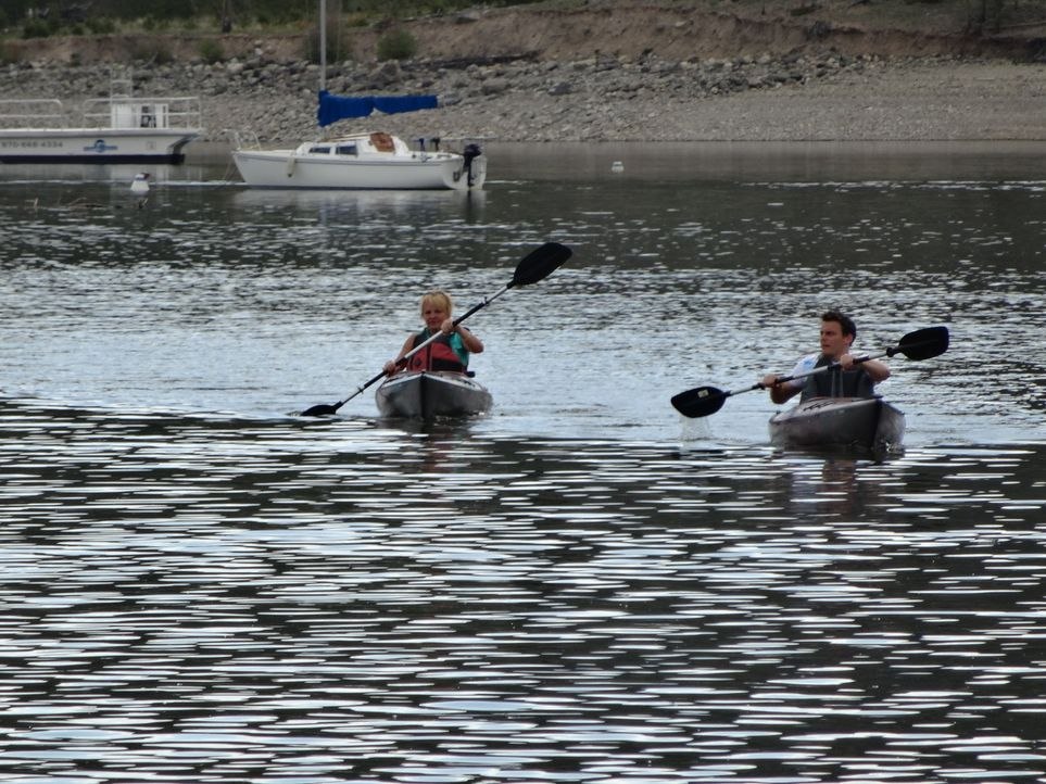 Spaß am Sport: Die Nähe zum Wasser wollen Lisa (l.) und Andrew (r.) um Ihrer Leidenschaft, dem Kanu fahren, nachzukommen ... - Bildquelle: 2014, HGTV/Scripps Networks, LLC. All Rights Reserved.