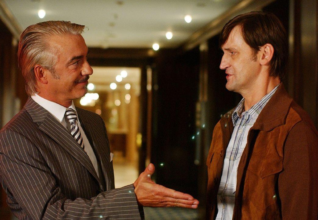 Wird Rainer (Ingo Naujoks, r.) den Pakt mit Lou Ziffer (Christoph M. Ohrt, l.) eingehen ...? - Bildquelle: Sat.1