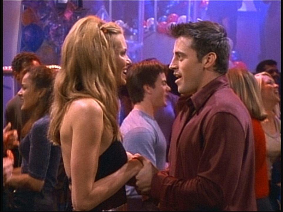 Joey (Matt LeBlanc, r.) freut sich auf den Neujahrs-Countdown, denn er hofft, dann Janine (Elle Macpherson, l.) küssen zu können. - Bildquelle: TM+  2000 WARNER BROS.