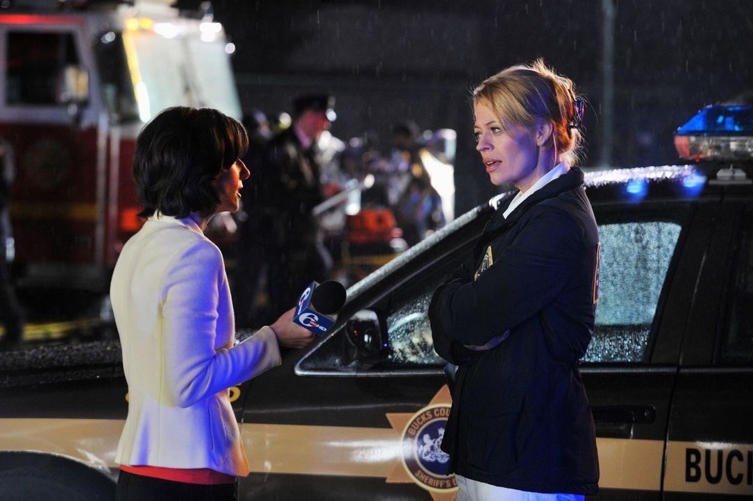 Die Reporterin Mandy Wells (Heather McComb, l.) will mehr Information von Dr. Kate Murphey (Jeri Ryan, r.) über die Ursache des Flugzeugabsturzes ... - Bildquelle: 2013 American Broadcasting Companies, Inc. All rights reserved.