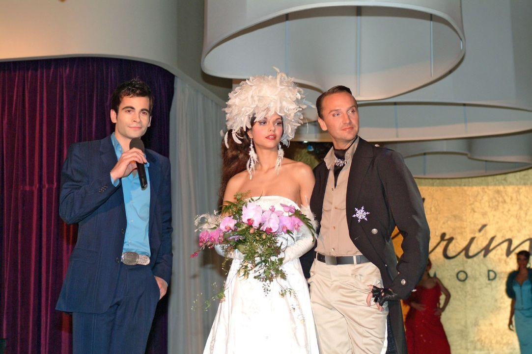 David (Mathis Künzler, l.) stellt Hugo (Hubertus Regout, r.) und sein Supermodel (Susan Hoecke, M.) vor - und dankt am Ende der Fashion-Show nicht... - Bildquelle: Sat.1