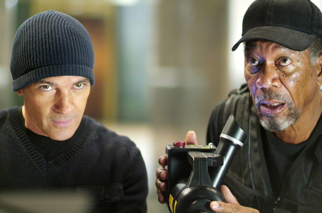 Um seine Schulden bei einem mächtigen russischen Gangster abzahlen zu können, muss Kunstdieb Keith Ripley (Morgan Freeman, r.) einen Partner für... - Bildquelle: Nu Image