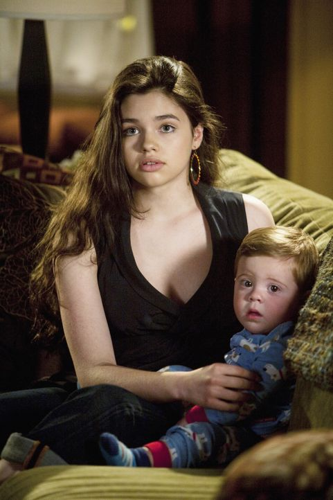 Ashley (India Eisley, l.) ermutigt ihre Mutter, auszugehen, nachdem sie zufällig mitbekommen hat, wie ihr Vater sich verabredet hat ... - Bildquelle: 2009 DISNEY ENTERPRISES, INC. All rights reserved. NO ARCHIVING. NO RESALE.