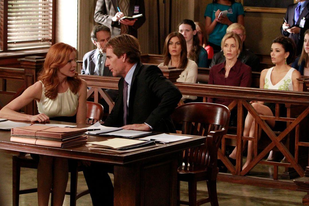 Hoffen, auf einen Freispruch für Bree (Marcia Cross, vorne l.): Trip (Scott Bakula, vorne r.), Susan (Teri Hatcher, 6.v.r.), Lynette (Felicity Huffm... - Bildquelle: ABC Studios