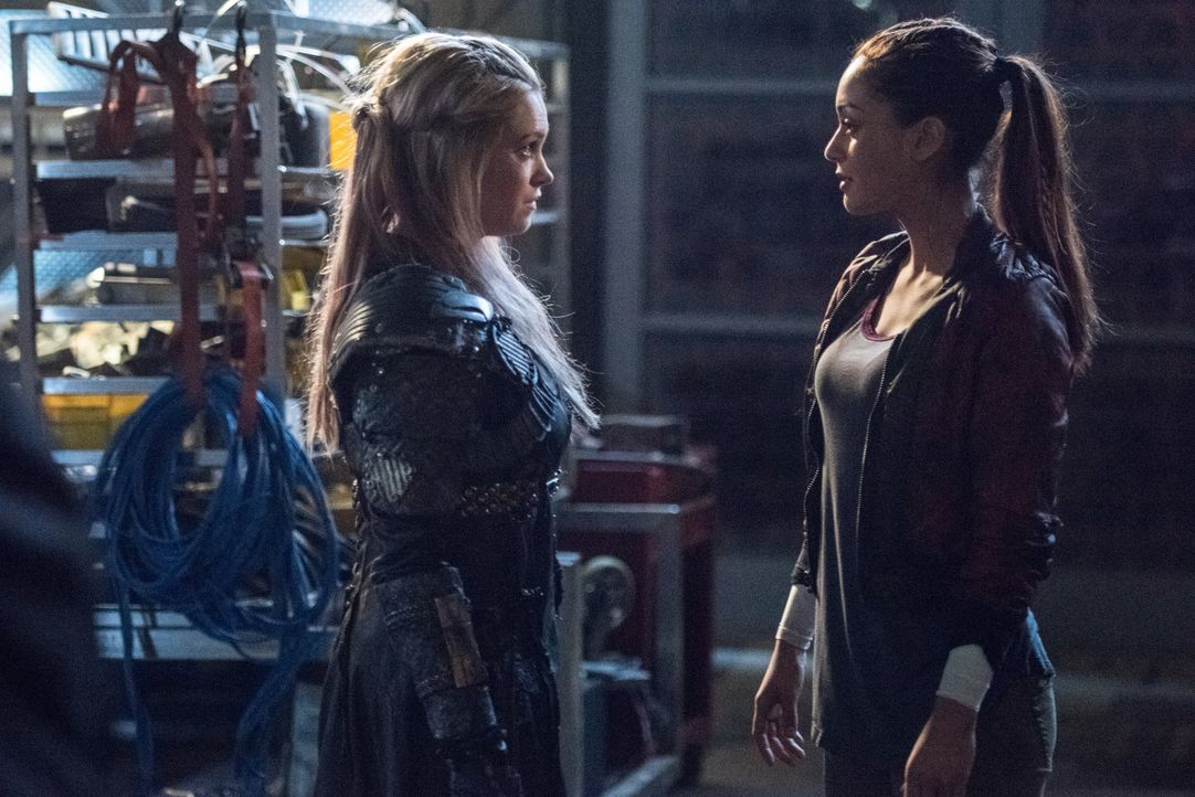 Während Clarke (Eliza Taylor, l.) sich um Ontaris Isolierung aus dem Kollektiv kümmert, versucht Raven (Lindsey Morgan, r.) alles, um sich erneut Zu... - Bildquelle: 2014 Warner Brothers