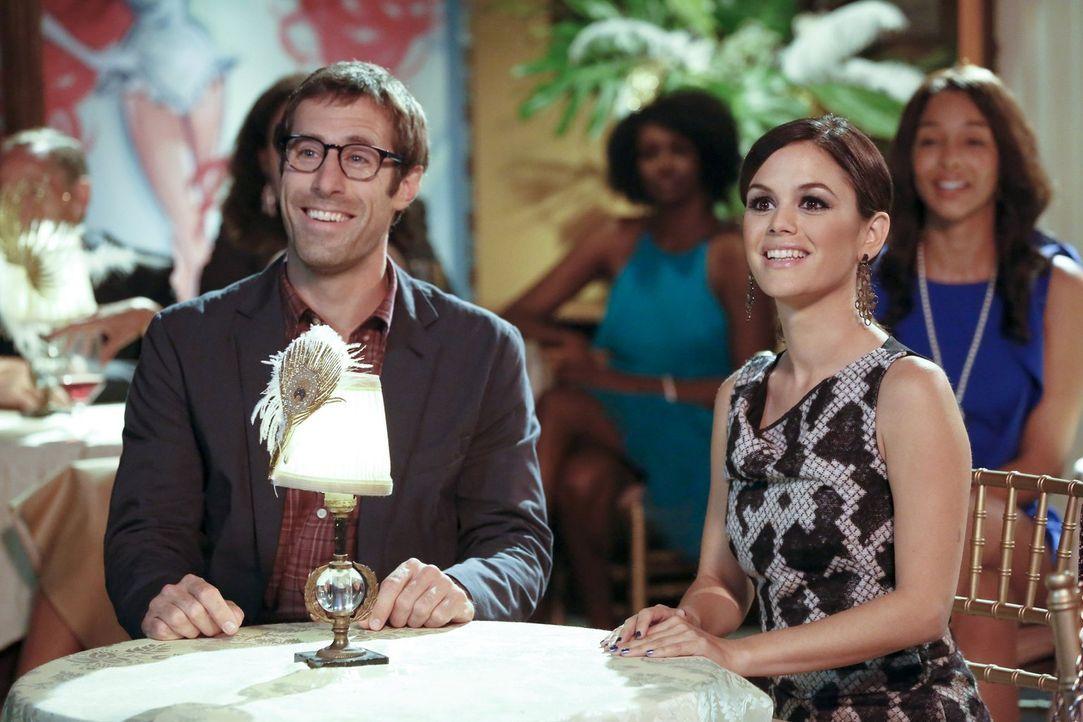 Noch ahnen Zoe (Rachel Bilson, l.) und Joel (Josh Cooke, l.) nicht, welche Rolle Zoe plötzlich bei einem Kabarett spielen wird ... - Bildquelle: Warner Brothers