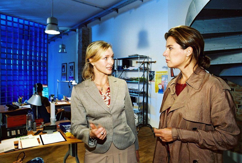 Katja (Désirée Nosbusch, r.) sieht sich mit Gabriele (Marita Marschall, l.) in der Telefonzentrale um. - Bildquelle: Sat.1