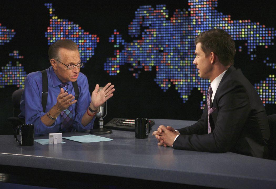 Talk mit Larry King (Larry King, l.): Daniel (Eric Mabius, r.) ... - Bildquelle: Buena Vista International Television